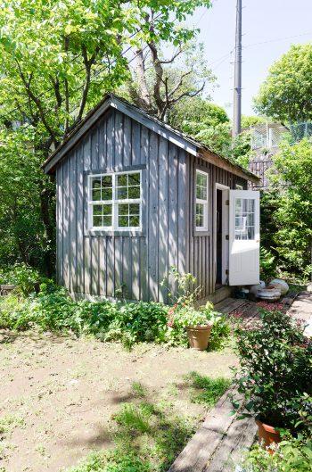 庭にひっそりと建つ小屋はヨーロッパの田舎風佇まい。