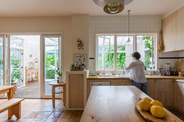 ナチュラルテイストのキッチン。庭で栽培したハーブなどを使って調理。