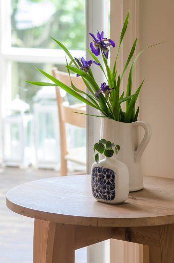庭で摘んだアヤメ。手前の花器はノルウェーのヴィンテージもの。ぼってりした素朴なフォルムが気に入っている。