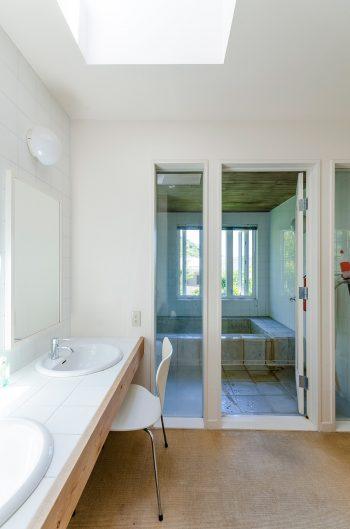 大理石を使った贅沢なバスルーム。窓からも緑が楽しめる。