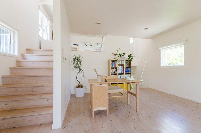 無垢のホワイトオイル仕上げのパイン材の床は、美保さんが半年に1回はワックスをかける。本棚には旅小説やガイドブックが。