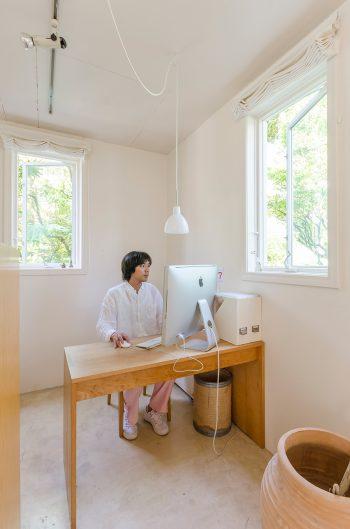 眞一さんの仕事スペース。SERVE湯河原ハウススタジオを営む。http://yugawara-studio.com