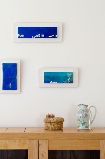 壁面のアートはギリシャ、エーゲ海の小さな島で購入。同じ島に毎夏訪れている。