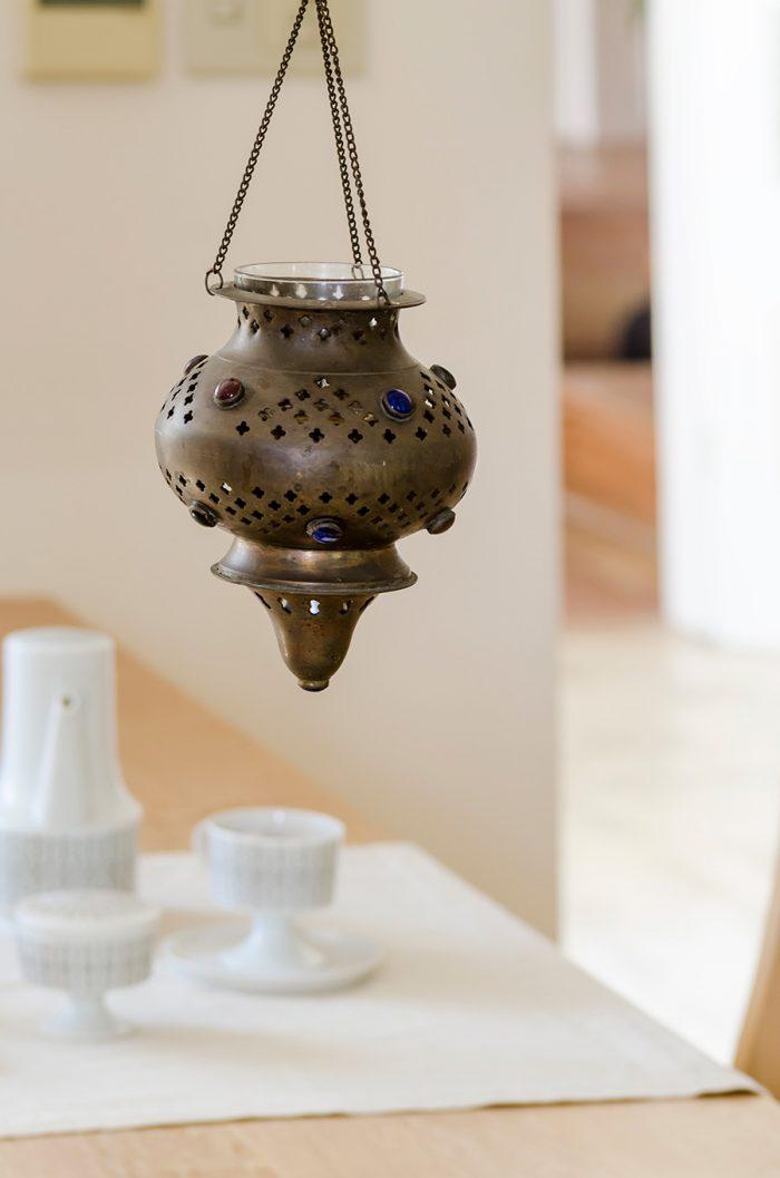 インドで買ったアンティークのランプシェードをアロマポットとして使用。