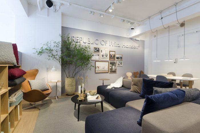エレガンスレザーのエッグ・チェアとピエロ・リッソーニがデザインしたアルファベッドソファを組み合わせたコーナー。店内の植栽はニコライ・バーグマンが手がけている。