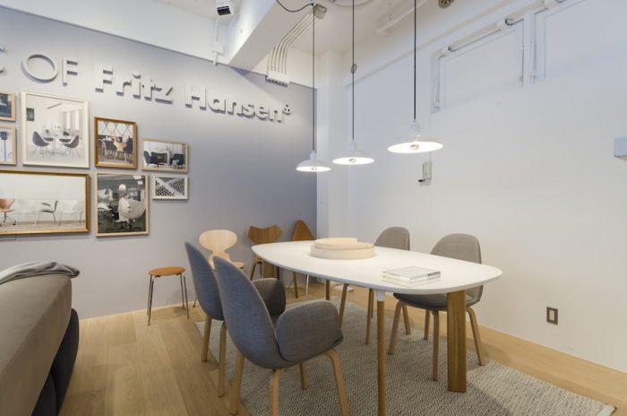 アナログテーブルと組み合わせたのは、ハイメ・アジョンがデザインした新作のダイニングチェア、サメン。