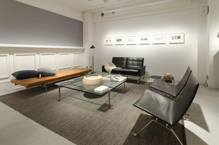 狭い空間では大きめのラグを敷くとスペースを広く感じられるという。北欧に比べて居住空間が狭い日本で取り入れたいアイディアだ。店内では積極的にアートも取り入れ、家具との良い組み合わせ方も提案している。