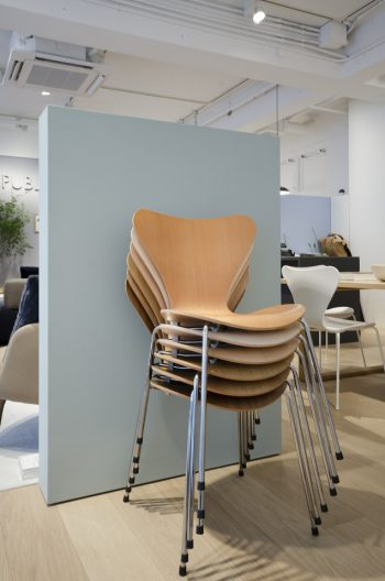 1955年に製造されて以来、愛され続けている名作椅子の一つ「セブンチェア」。シンプルな木目が美しい、ウッドは8種類の木材に9ワイプの仕上がりで展開している。