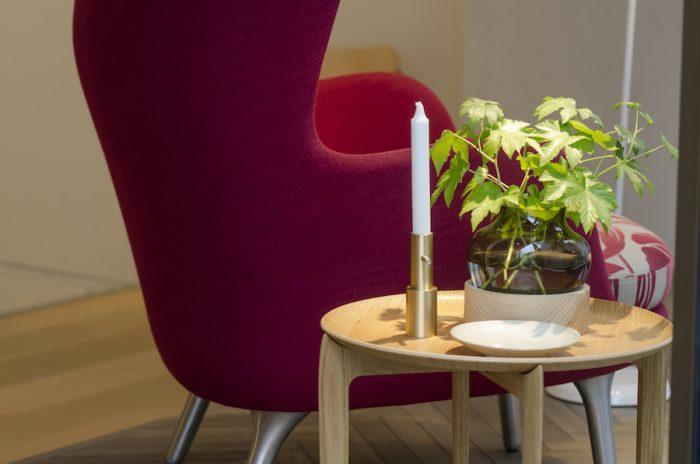 モリス・アンド・コーがデザインを手がけたROチェア。一緒に組み合わせたトレイ・テーブルはフリッツ・ハンセンの家具職人によってデザインされたもの。