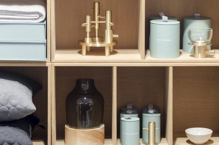 オブジェクツコレクションの一部。カシミヤのブランケットや、アルネ・ヤコブセンが戦時中にデザインしたというテキスタイルが施されたクッションなど魅力的なアイテムがラインナップされている。専用のアイスブルーのボックス、贈り物にも最適。