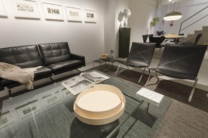 テーブルの中央に置かれている、シェーカー風のトレイSTACKは女性アーティストユニットのウェンズデイ・アーキテクツによるデザイン。セブンチェアなどフリッツ・ハンセンで多用されている代表的な素材、成型合板を使用したアイテムだ。