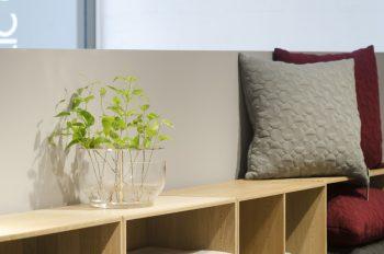 ハイメ・アジョンデザインのフラワーベースはガラスと金属を組み合わせ、シンプルかつモダンなたたずまいに。
