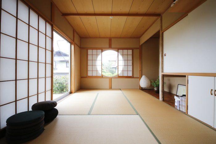 ご夫婦で座禅を組むという和室。丸窓から入る光が障子を通して、室内に届けられる。