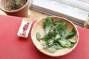 月桂樹の葉、唐辛子を天日干しに。