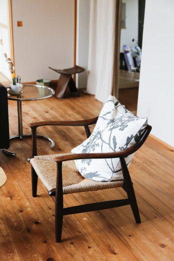 ご主人のご両親から受け継いだ40年来の編み座の椅子も愛用。奥は柳宗里のバタフライスツール。