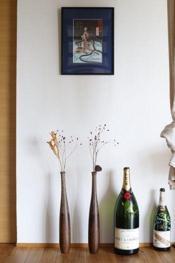 タカサゴユリのサヤなどを一輪挿しに。右端は20年前の結婚式のときに開けたワインボトル。