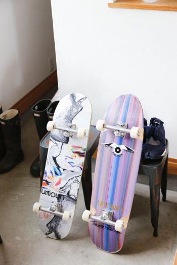 土間風の玄関には、最近はまっているスケートボードが。逗子の「UNOWN」で購入。