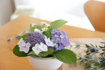 茅ヶ崎のお友達のお花屋さん「ewalu」が、山之口さんのイメージに合わせて届けてくれるお花をアレンジ。