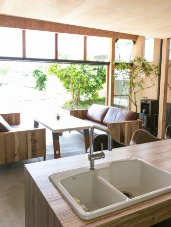 大きな開口部から、気持ちのいい風が抜ける。キッチンからの眺めも抜群だ。