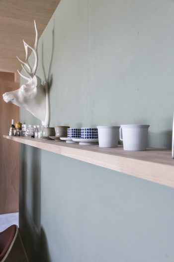鹿のオブジェは『ゲルチョップ』製。キッチンの後ろの棚にはお気に入りのカップを並べている。