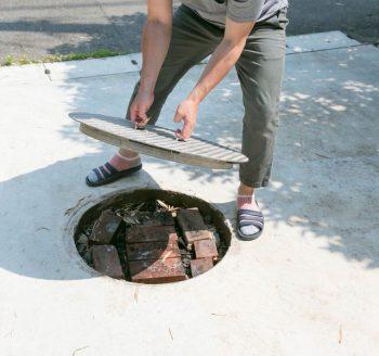 鉄製の蓋を開けると、焚火スペースが現れるアイディア。友人を招いてバーベキューを楽しむことも。