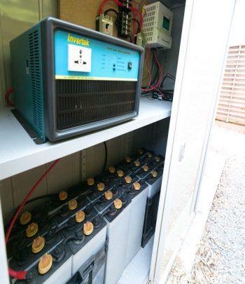 屋上に設置したソーラーパネルで作った電気を貯める蓄電池は、ゴルフカートのバッテリーを再利用したもの。