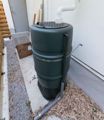 雨水タンク。庭の水やりの他、屋上のソーラーパネルの洗浄にも使っている。