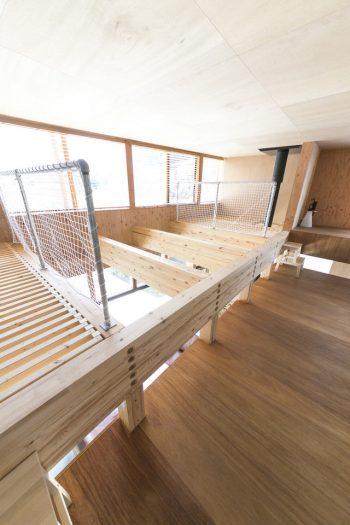 大きな吹き抜けは、1階と2階の空気の循環に役立つ。床と庇床の間にも隙間があり、風が抜けるように工夫されている。