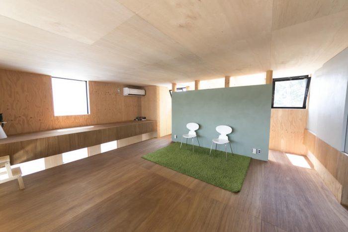 2階の床と庇床のレベルに段差をつけることで、机やベンチとして使えるようになっている。