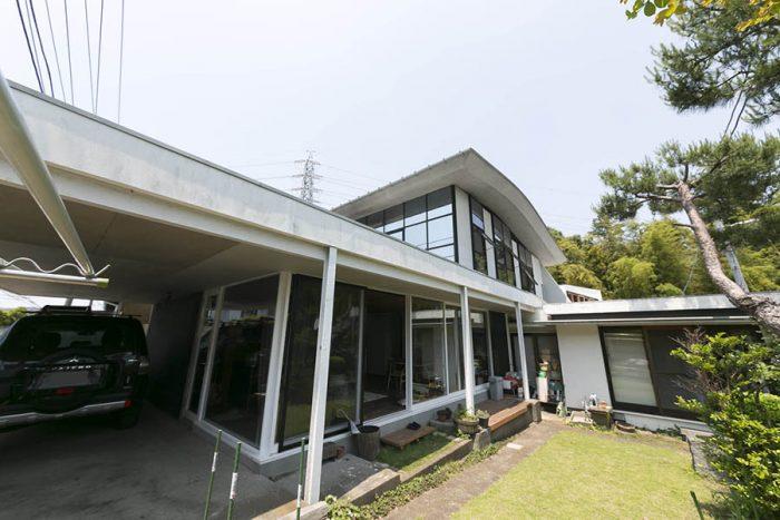 建築家の玄さんのお父様が1960年代後半に『CASE STUDY HOUSE』を建てた実験的住宅が母屋。2階は増築部分。