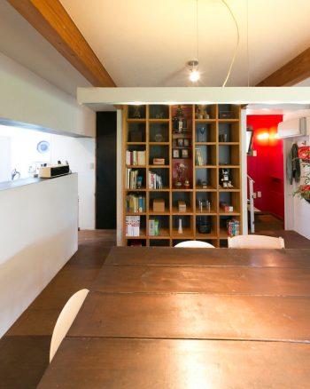 玄さん家族が住んでいるのは、母屋の和室を改築した部分。壁を抜いたので梁を追加して補強し、構造合板で作った棚を設置した。