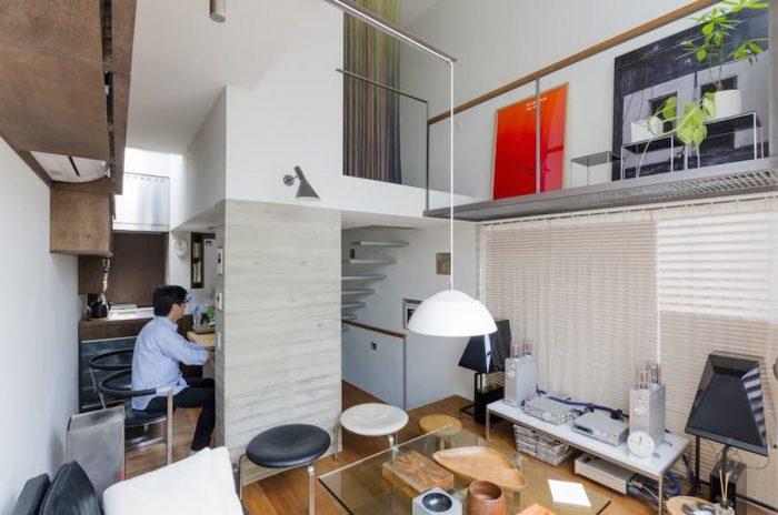 2階のリビングからダイニング、キッチン方向を見る。2階の階段と廊下部分の天井高を低くして3階スペースをつくっている。