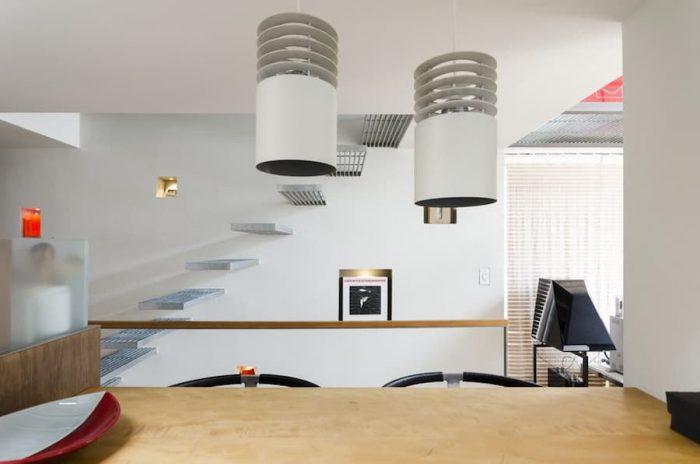 ダイニング周りは天井も含め寸法がぎりぎりにまで詰められているが、それが心地の良い親密空間をつくり出すことにつながっている。