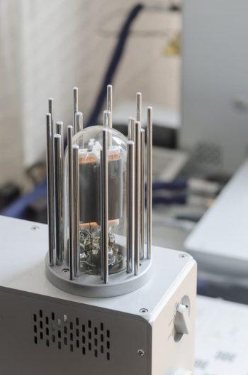 Nagra製のパワーアンプ。真空管の部分のデザインもしゃれている。
