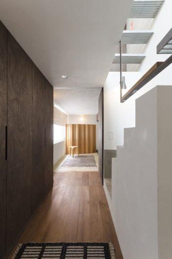 玄関から1階の和室を見る。正面のスクリーンはアルヴァ・アアルトのデザインによるもの。