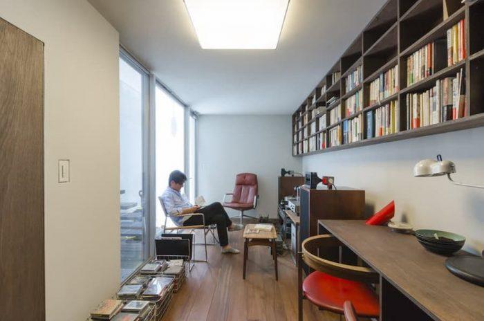 1階の玄関前を通り過ぎると地下へと降りる階段がある。地下には寝室と書斎兼オーディオルームがある。