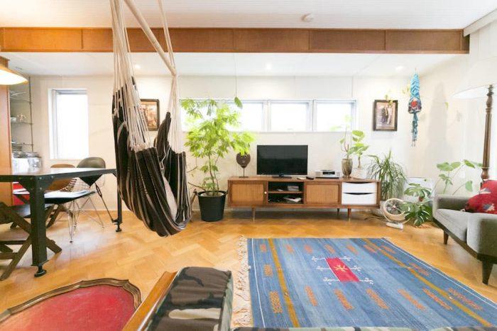 2階の床はすべて、無垢のナラ材を使ったヘリンボーン。ミッドセンチュリーをベースにエスニックをミックスして外した感じに。