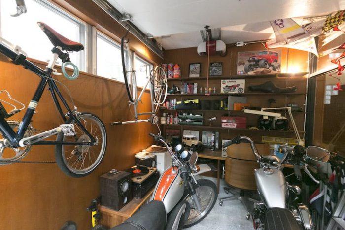 ラワンベニヤの木目を活かしたガレージ。60年代風に改造したハーレーをはじめ、レコードやラジコンなど、水野さんの趣味を凝縮。