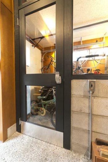 土間とガレージの仕切りは後から設置。ドア下にはアルミのキックプレートを水野さんが自分で取り付けた。