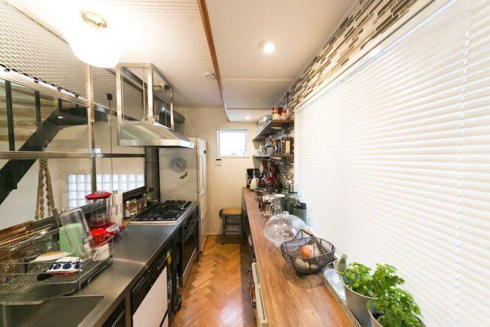 キッチンは水や油に強い素材にこだわった。シンクとコンロはトップだけをステンレスで特注し、下に厨房機器を置いたスタイル。無骨なスタイルと使い勝手のよさが気に入っている。
