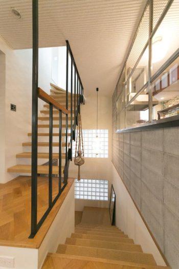 ゆったりとした階段は、家の中でも存在感がある。サイザル麻が敷かれ、素足で歩いても気持ちよい。