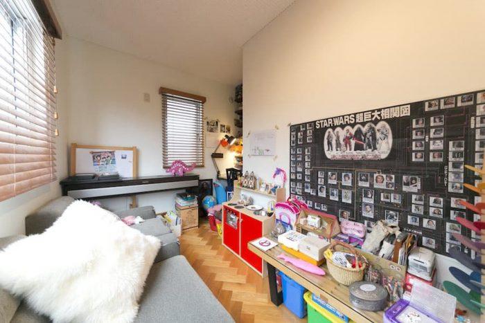 リビング脇の子供部屋。プラモデル、スターウォーズ好きの長男君のコレクションが。