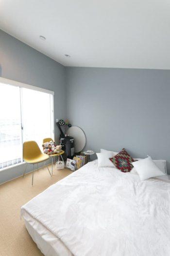 ブルーグレーに塗られた3階のベッドルームの先には、ルーフバルコニーが広がる。
