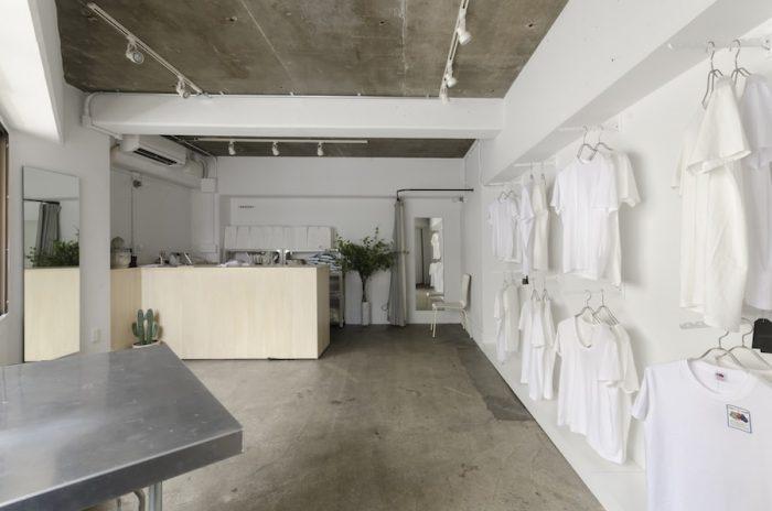 店内には試着室も用意。「同じデザインでもサイズによって雰囲気が変わるので、実際に着てみることが大切です」と華さん。一人一人に選び方のアドバイスも行う。