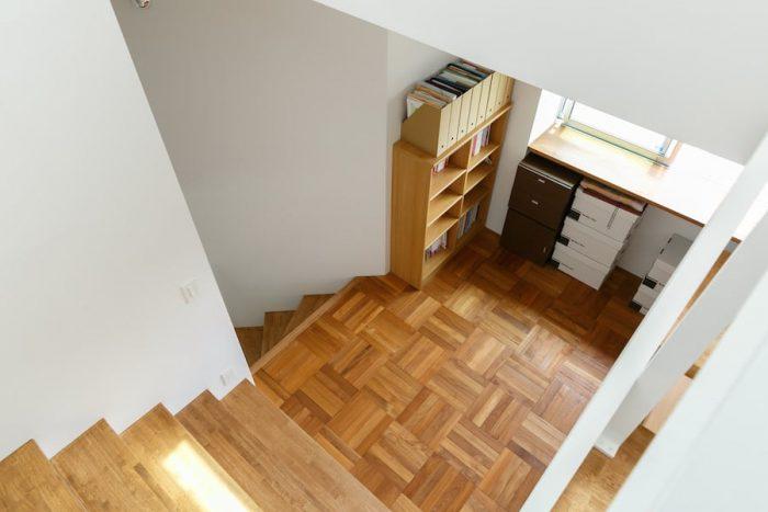 家のすべての床のうち、中2階だけは違う材を用いた。「中2階は特別な場所にしたかったんです。寄木細工のようで意匠性の高いパーケットフローリングを取り入れました」(原崎さん)。他の床と色合いは合わせ、すっきりした印象は保っている。
