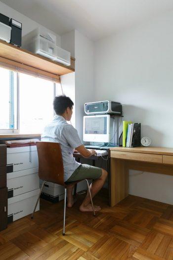 家で仕事をすることも多い武文さんだが、完璧に隔離された書斎は欲しくなかったそう。「上にも下にもつながりがあって家族の気配が感じられる。このくらいの書斎が僕は好きです」。