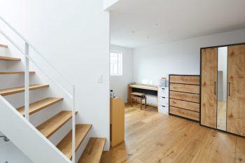 子ども部屋があるのは、南の棟の2階部分。扉を設けず空間をつなげているので開放感も明るさもたっぷり。
