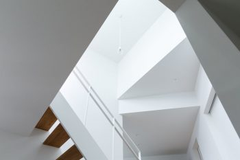 中2階から屋上までは、吹き抜けが空間をつなぐ。天井の段差が空間にリズムをつくりだしている。