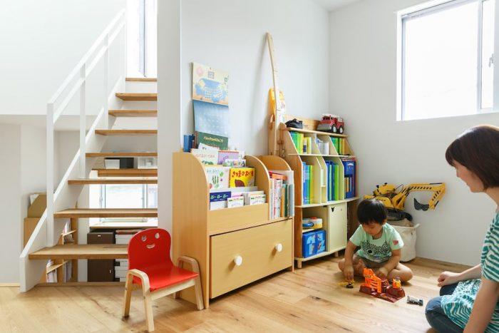 子ども部屋で遊ぶ柊羽くん。ショベルカーやタンクローリーなどの働く車が大好き。階段の隙間から左下に見えるのは武文さんの書斎。