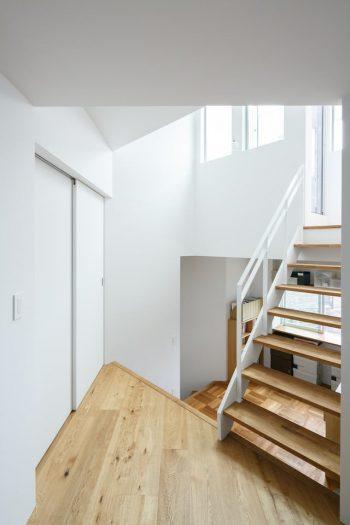 2階から中2階と屋上の方を見る。左は寝室の扉。2階は南の棟、屋上と中2階は東南の棟、寝室は東の棟に振り分けられているが、内部空間は見事につながっている。